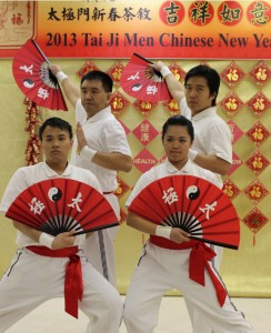 "Tai Ji Men's ""kung fu fan"" performance delivers the message of stopping conflicts and promoting goodness."
