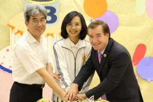 Congressman Ed Royce (right), Director Yun-Gong Hsu (left) of the Taipei Economic and Cultural Office in Los Angeles, and Pamela Chen (middle), representative of Tai Ji Men members, do the cake cutting together to wish the academy a happy 13th anniversary.