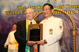Allan Jay Friedman, president and CEO of The Family Film Awards and The Olympia Awards, especially presented a humanitarianism award to Dr. Hong in recognition of Dr. Hong's lifetime endeavors to attain world peace and love.