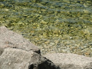 The lake water is so clear that the stones can be seen clearly on the bottom.