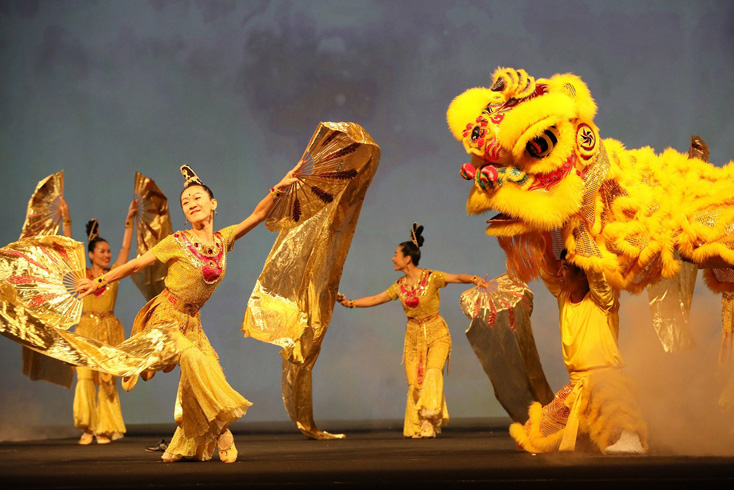 The play takes the audience back to the peaceful heaven, where auspicious lions and golden phoenixes radiate happiness, warmth, and compassion.